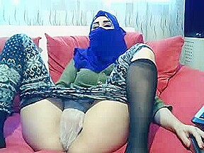 Hot Muslim Babe Spreads Legs On SexCam