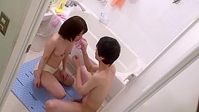 【麻里梨夏】風呂掃除の最中に蛇口でフェラの練習をしていたお姉さんだが…弟に目撃されてしまいお風呂で激ハメ近親相姦