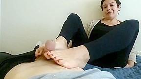 Bodybuilding lesbian using strapon