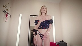 Blond whore with big pussylips getting