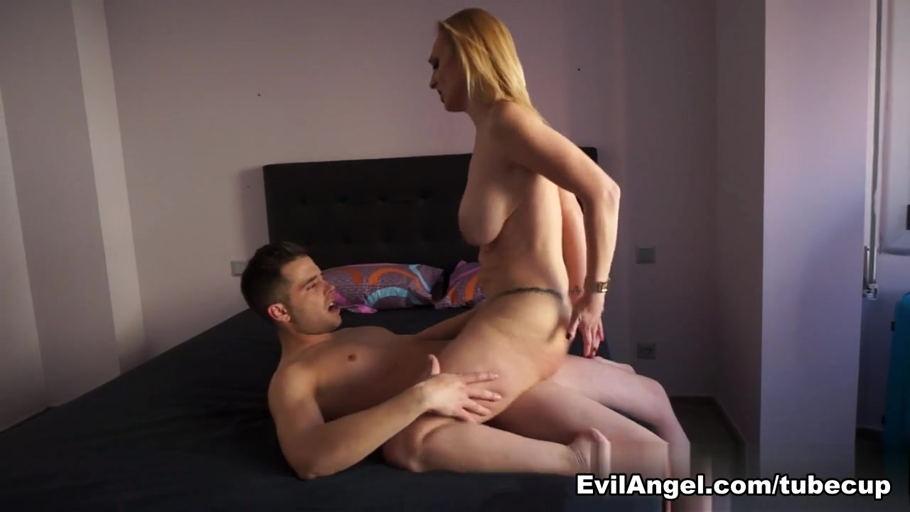Daniela Evans & Alberto Blanco in Nacho's Fucking Amateurs #04: MILFs Video