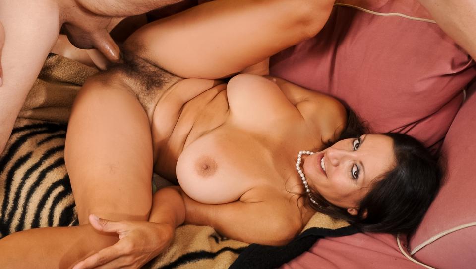 Порно зрелой брюнеткой