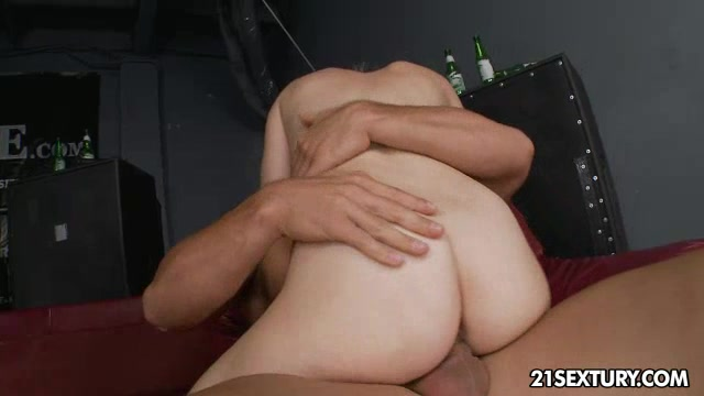 Threesome in the bar - part 1.