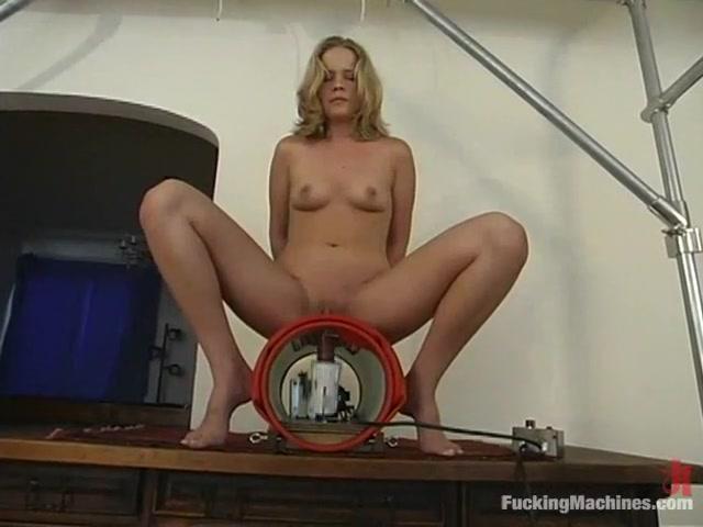 Anna Mills in Fuckingmachines Video