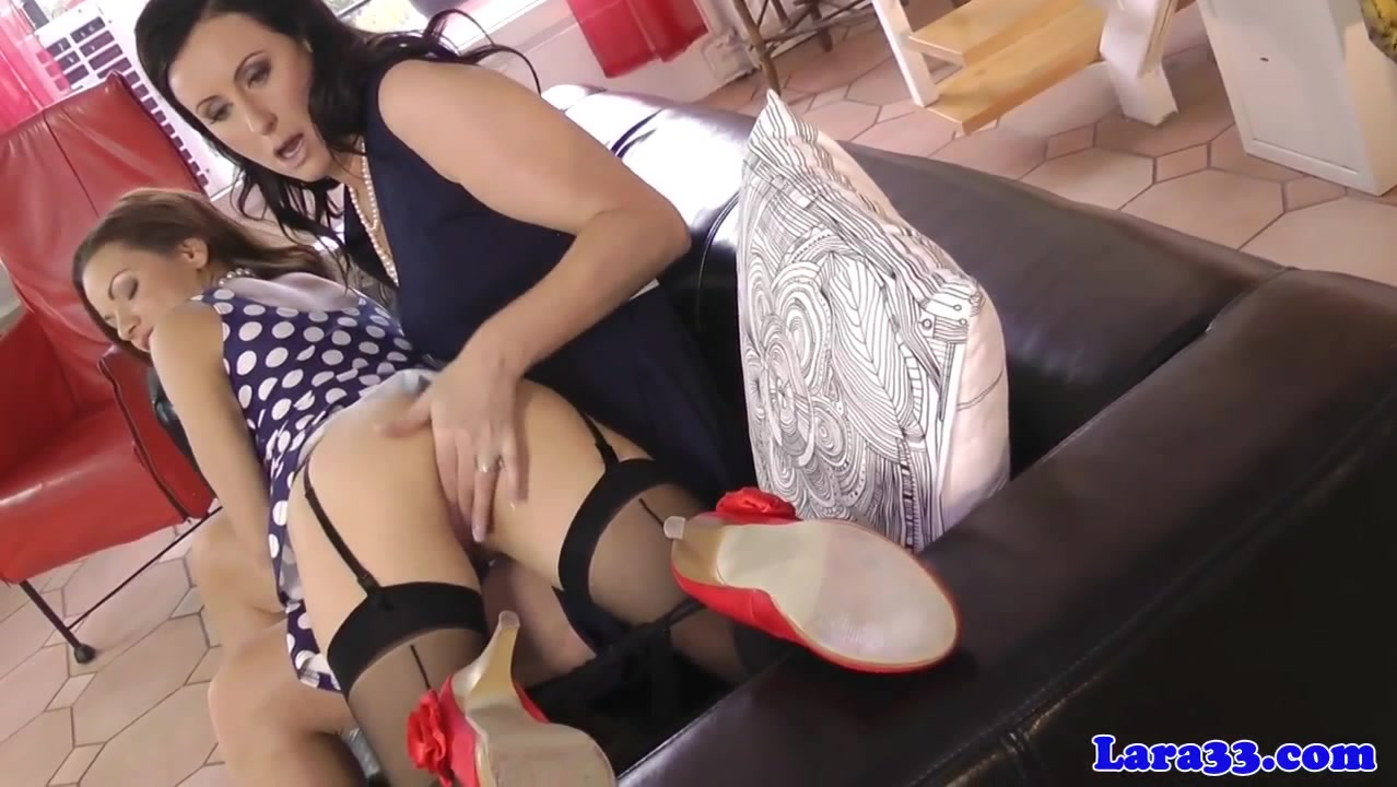 English milf plays with gorgeous babe