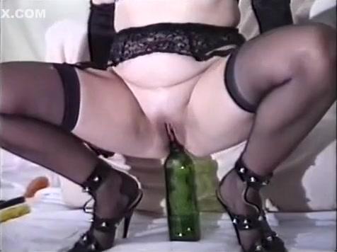 Повешенную женщину имеют бутылкой из под шампанского #3