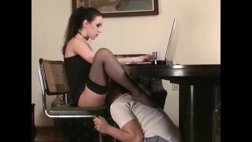 Порно ласкал ее под столом вдруг встретишь