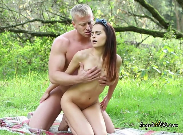 Cock Hungry Teen Licie Sucks Cock In The Park