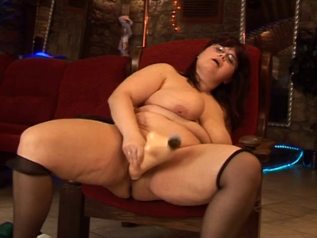 busty mature masturbating her cunt with a big dildo